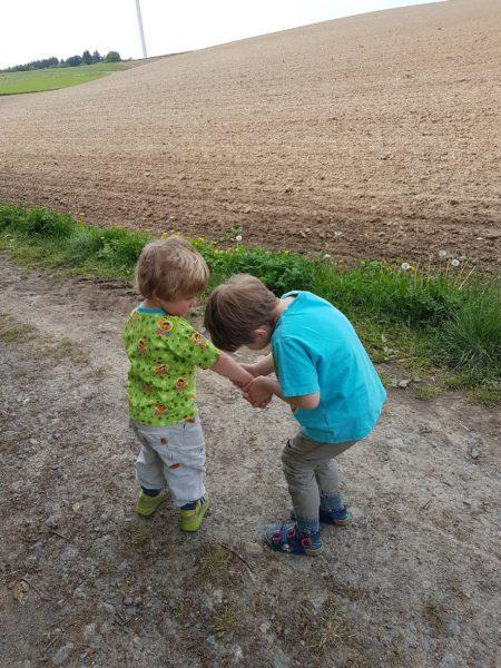 Ein Kind tröstet ein anderes Kind.