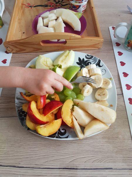 Teller voll mit geschnittenem Obst