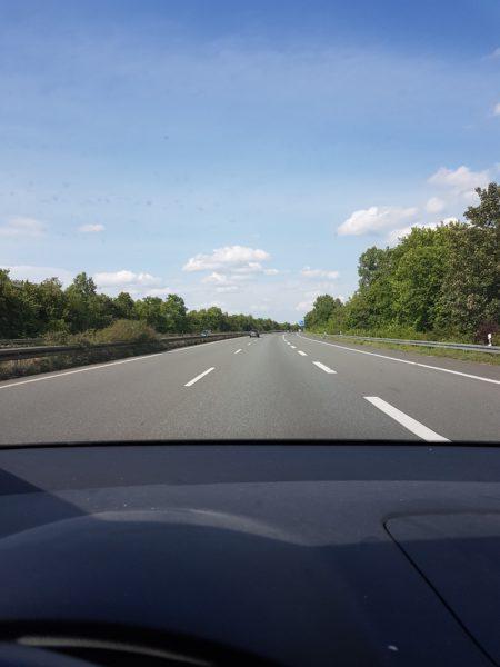 leer Autobahn während der Fahrt